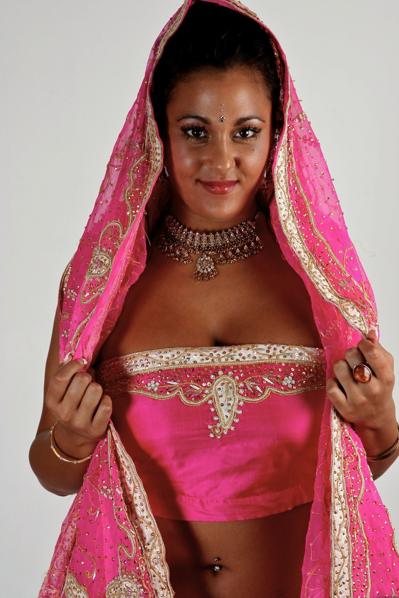 Picture gallery 08. Indian babe keira in tradional indian dress getting naked